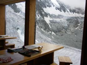 氷河を見渡せるスイスの山小屋