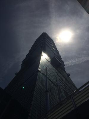 そびえ立つ台北101