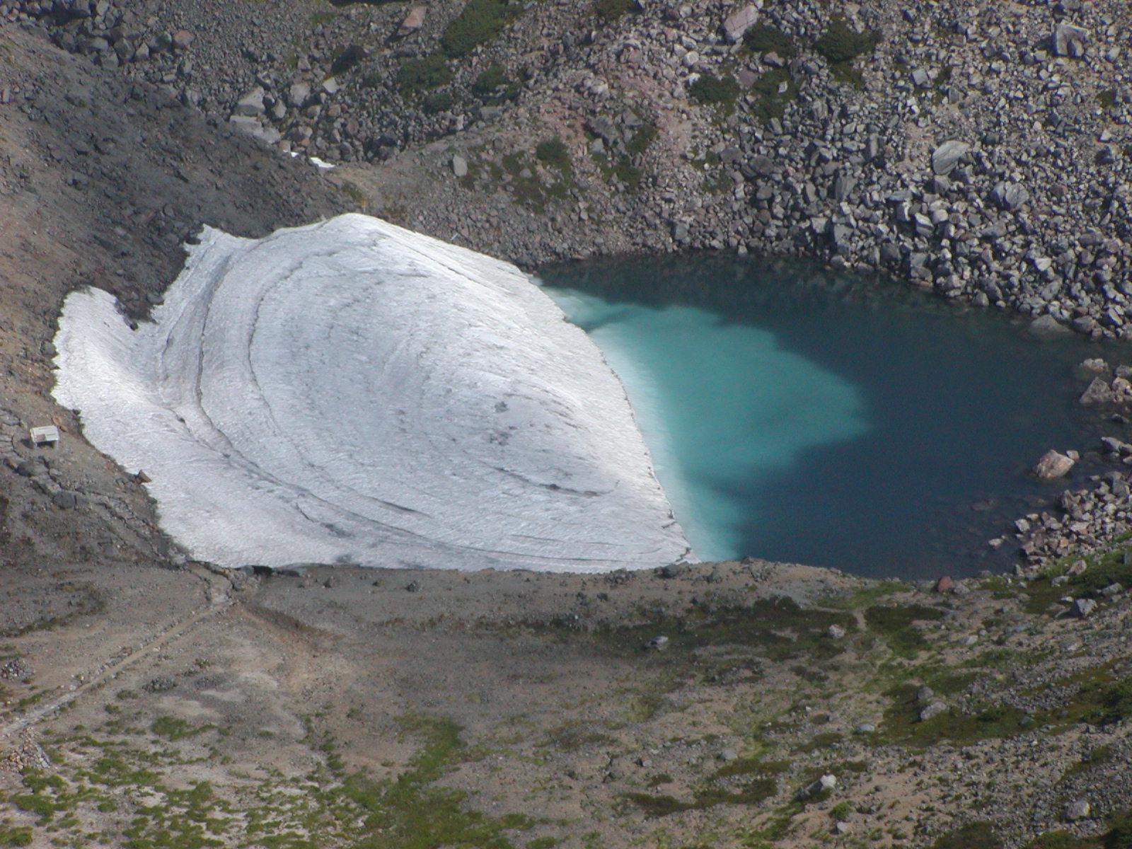 エメラルド色の火口湖