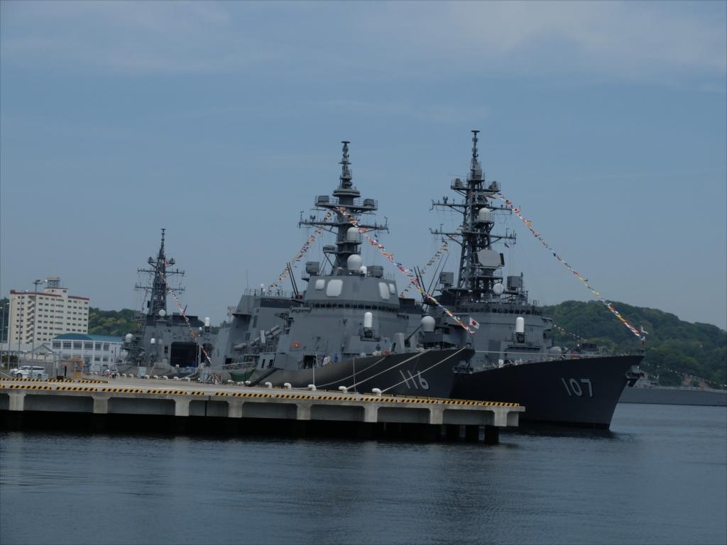 ずっと先には海上自衛隊の艦船が並ぶ_5