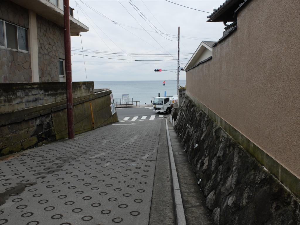 目の前の道を渡ると海