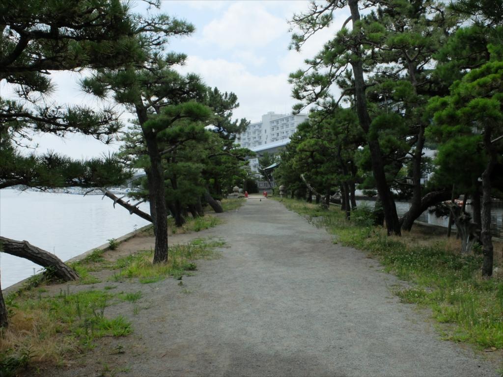 参道は平潟湾にまっすぐ伸びている_2