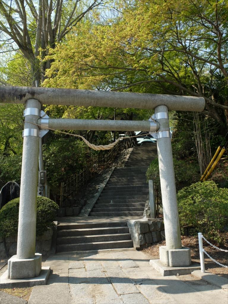この鳥居の上に神社社屋がある