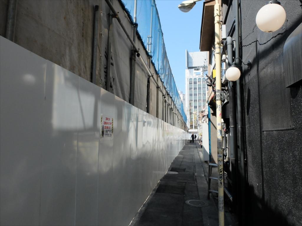 塀沿いに進む_1