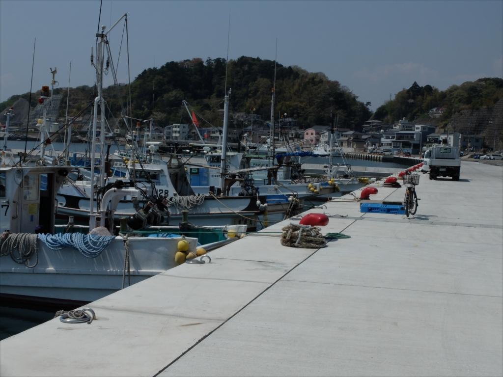 ほんの少々、沿岸漁業用の小さな漁船が係留されていた