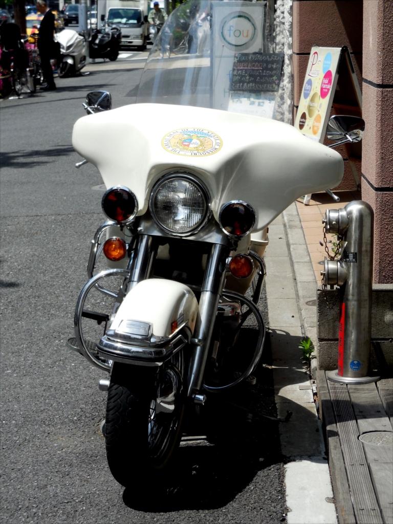 いつものバイク屋さんの店先で_2