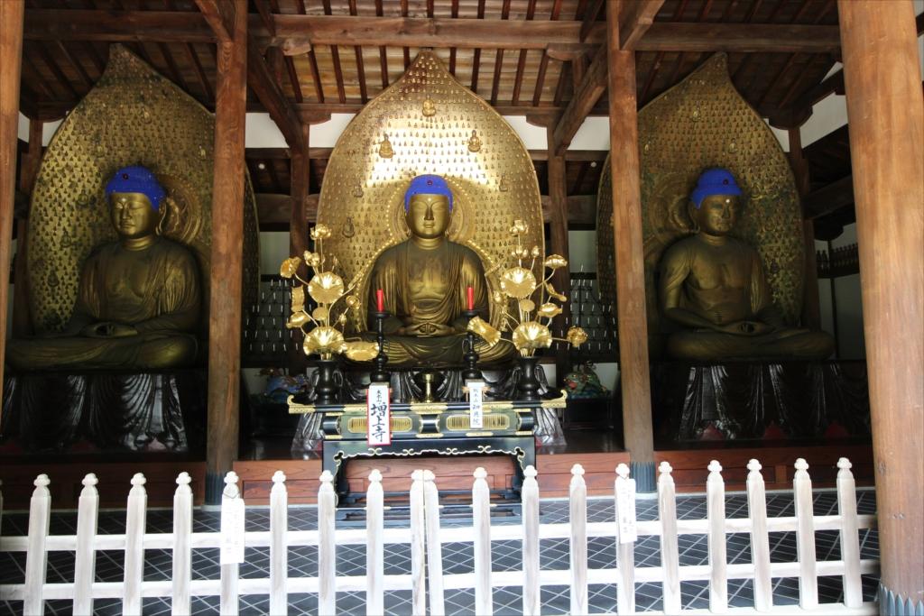 上品堂3仏像が並んだ様子