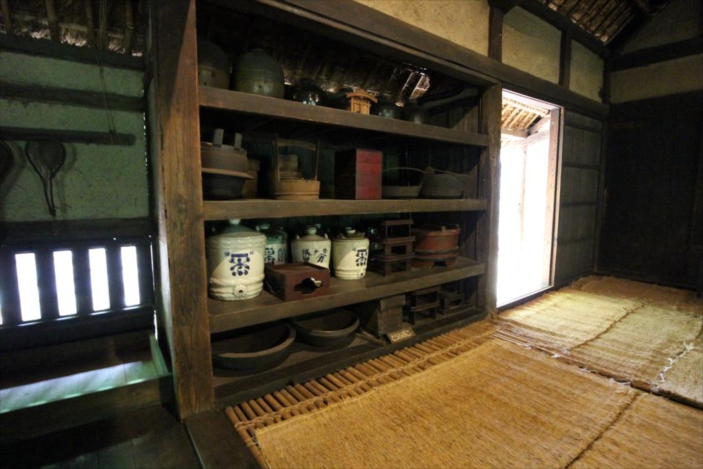 端に食器棚が設えてあり、床は竹簀子だ