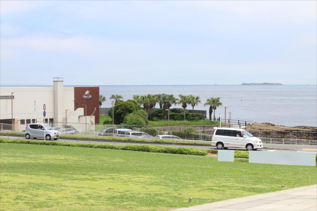 横須賀美術館側から、ホテル施設、ボードウォーク、第二海堡などを望む