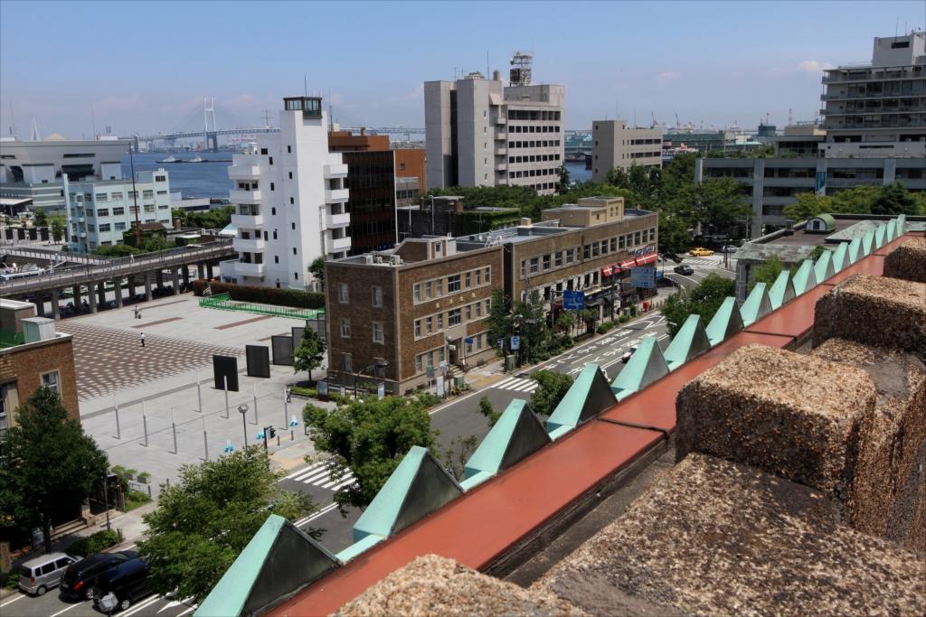 横浜貿易協会ビルやシルクセンターなどが見える_2