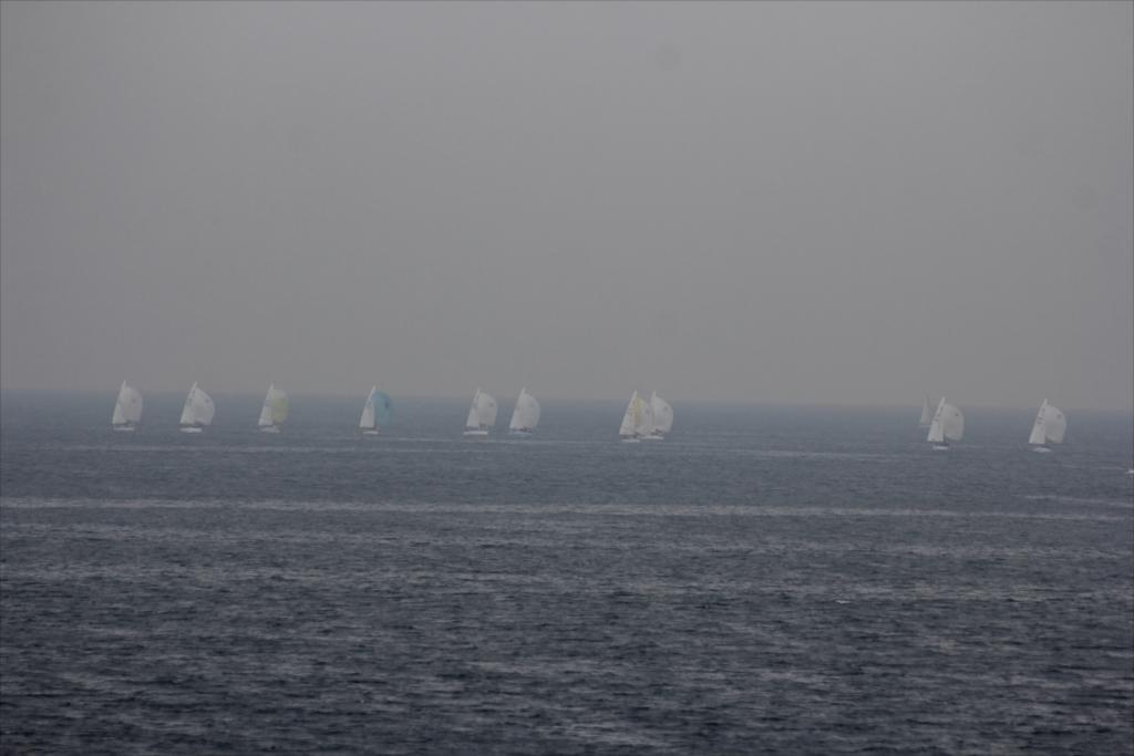 沖合ではヨットのレースが行われていた_1