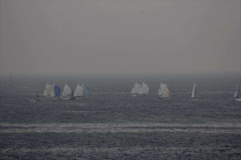 沖合ではヨットのレースが行われていた_2
