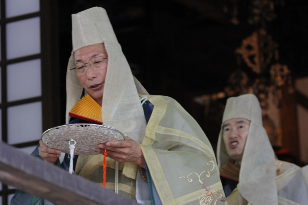 僧侶が仏を供養するため意味合いの散華(さんげ)を撒く_3