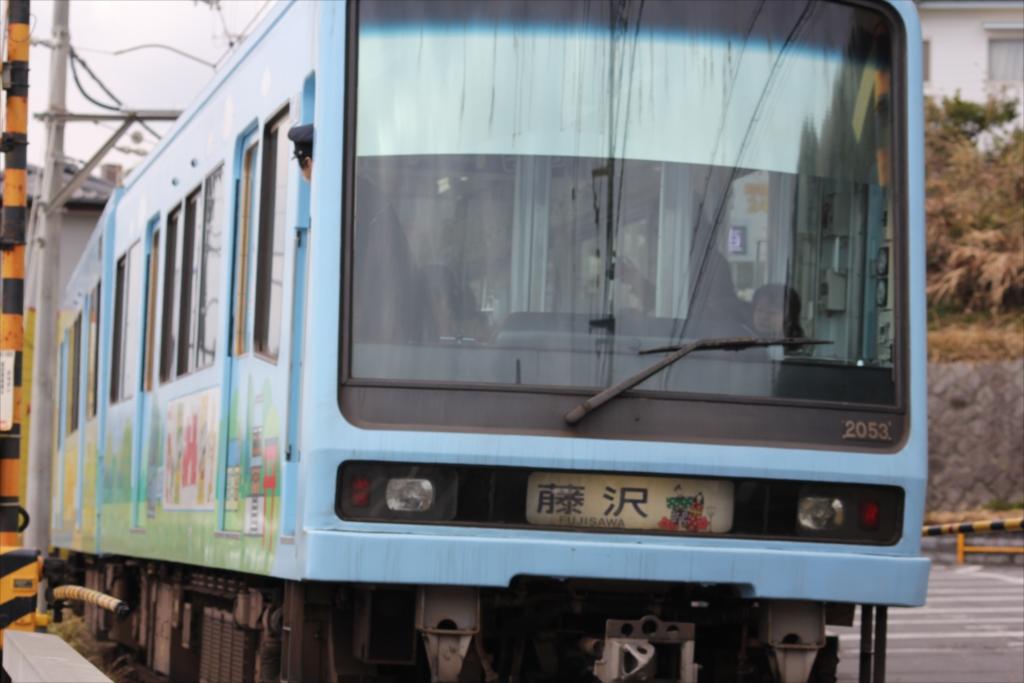 七里ヶ浜駅に停車しようとする江ノ電_1
