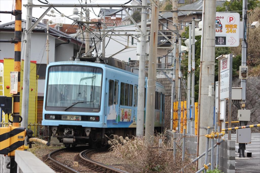 七里ヶ浜駅に停車しようとする江ノ電_7