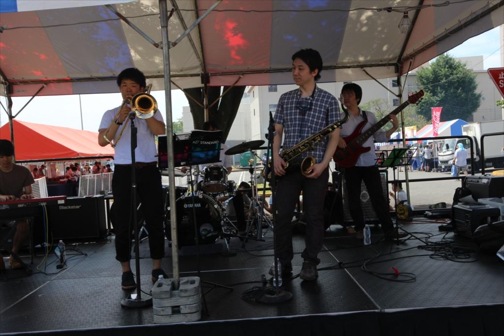 地元の学生バンドが演奏中