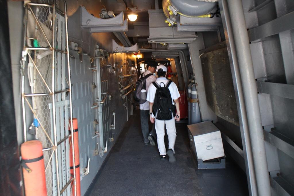 内側を通って船首部分に向かう_1
