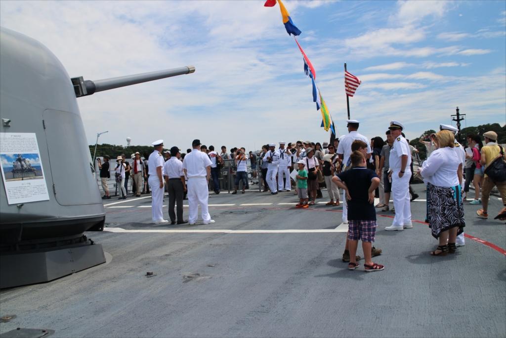 船首部分には大勢の人が屯していた