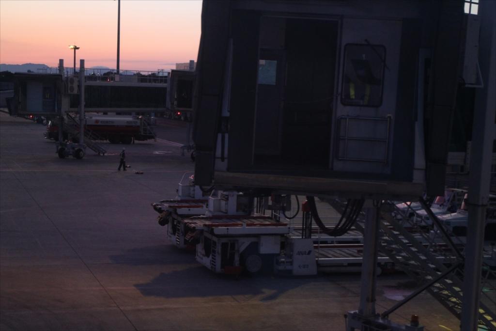 漸く空港施設のそばまで_2