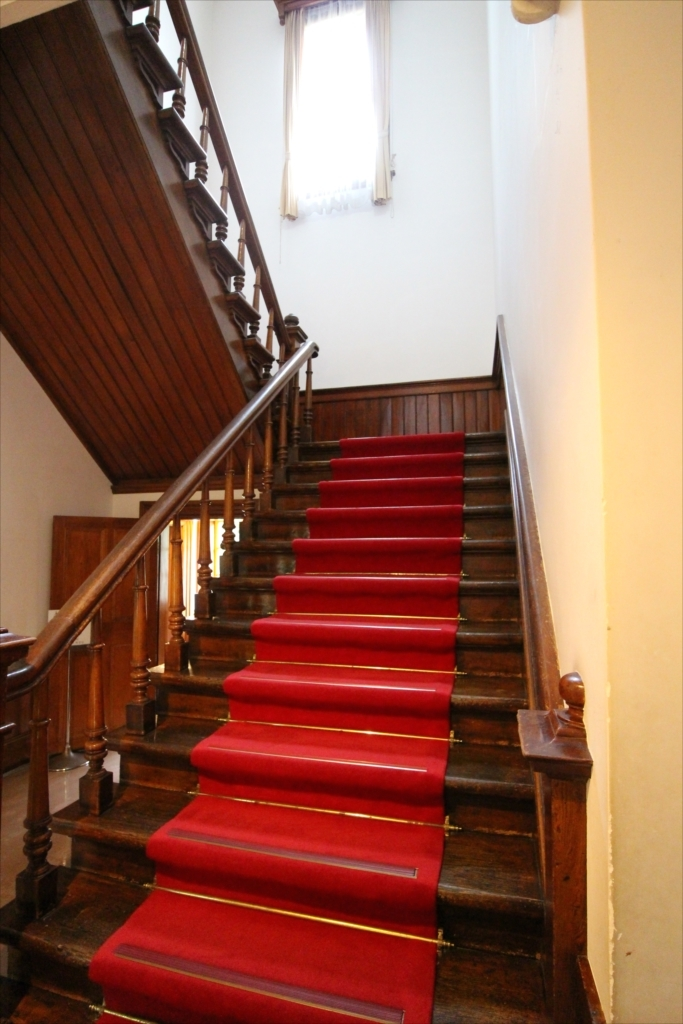 2階へ通じる階段_1