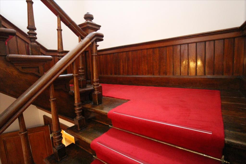 2階へ通じる階段_2