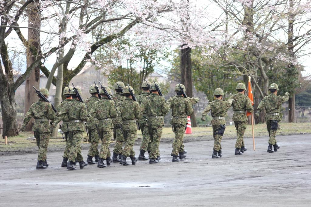 各種の装備を操る隊員たちが自らの足で行進_1