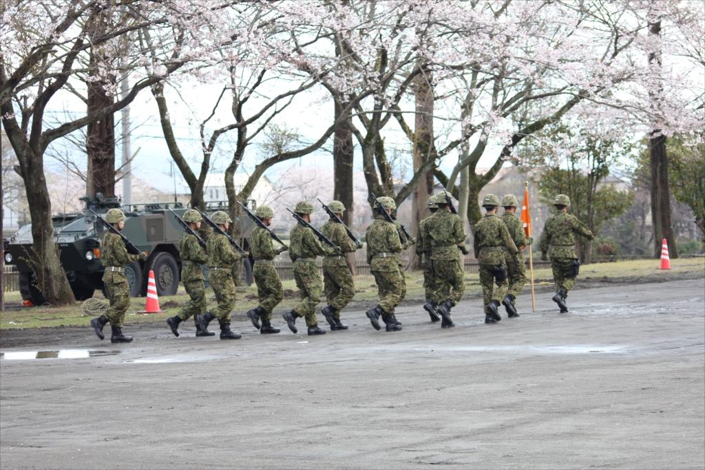 各種の装備を操る隊員たちが自らの足で行進_2