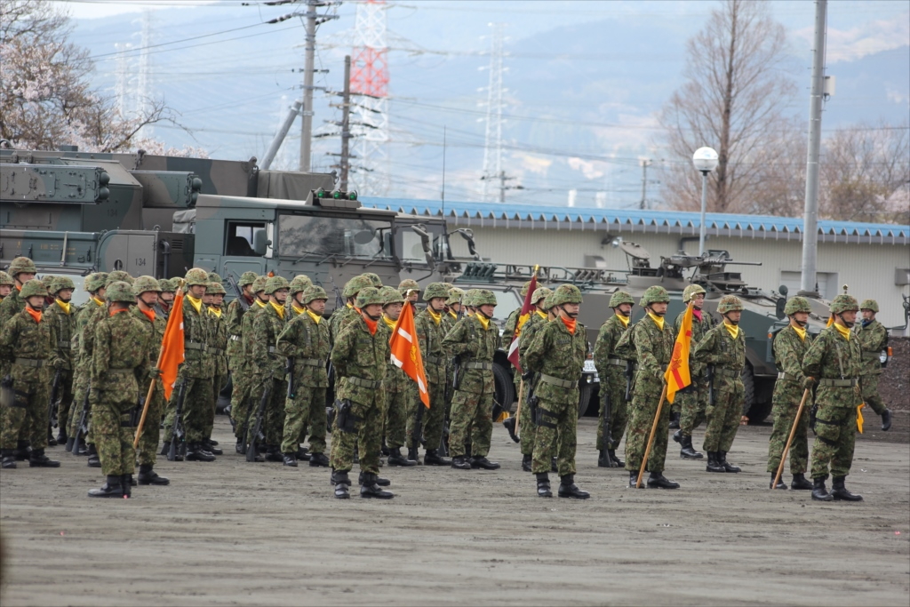 各種の装備を操る隊員たちが自らの足で行進_3