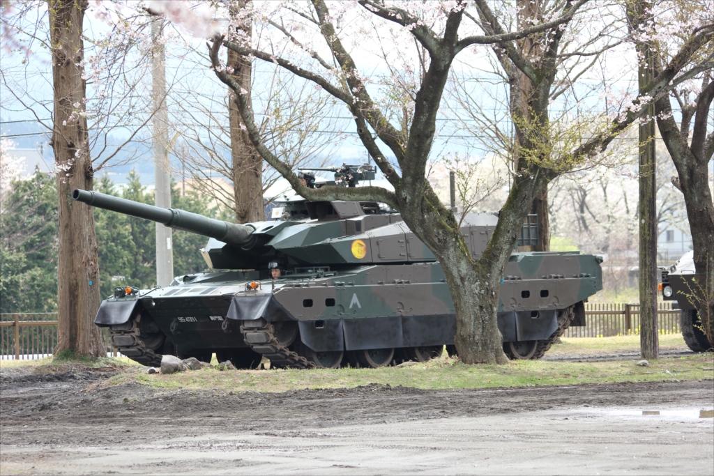 先頭の音楽隊に続く戦車と装甲車が_1
