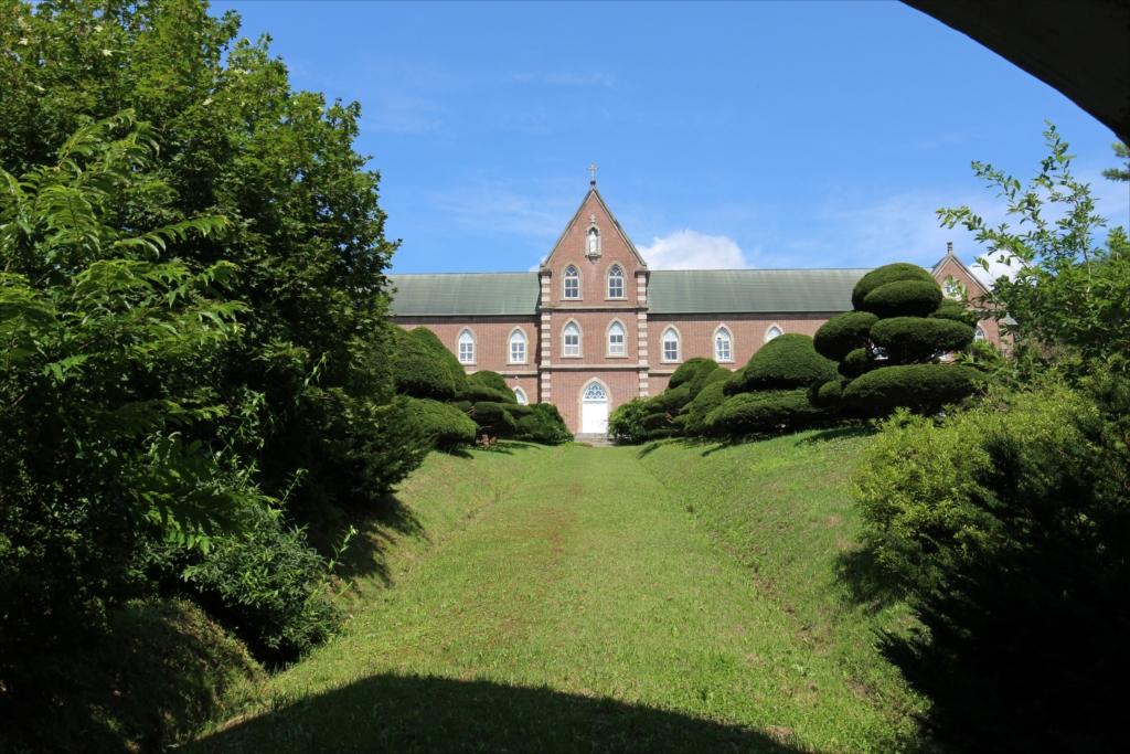 門扉の間から修道院の建物を撮る