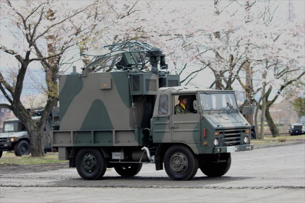 73式中型トラックに搭載された79式対空レーダー装置 JTPS-P9