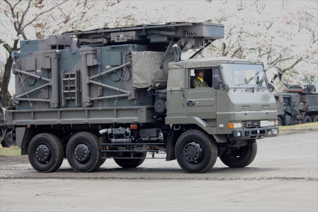 73式大型トラックに搭載された対空レーダー JTPS-P14