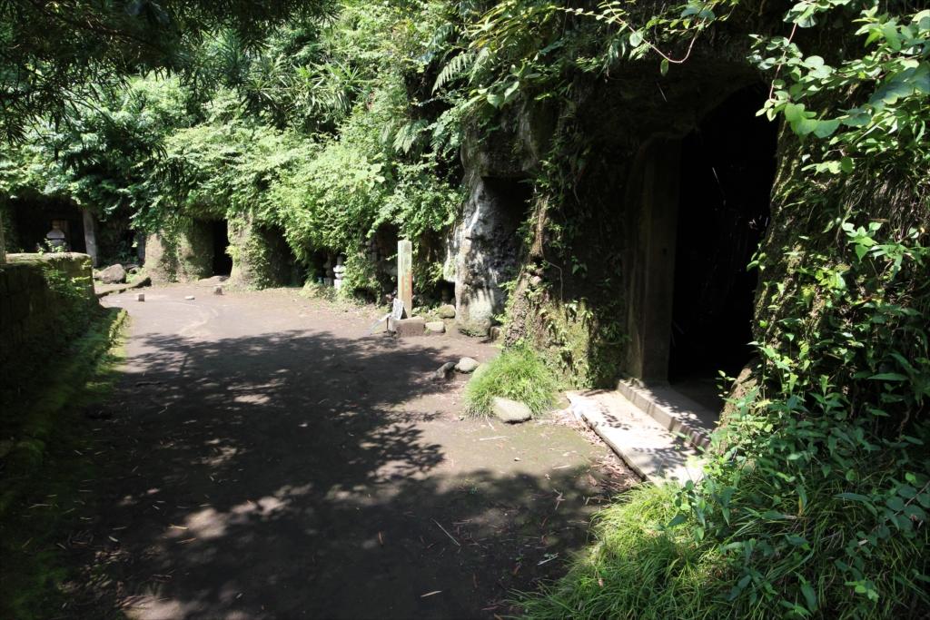 やぐら(鎌倉地方特有の横穴式墓所)の様子