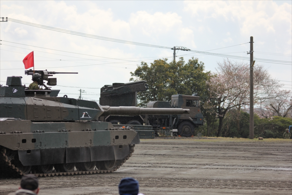 最新鋭の10式戦車出動_1