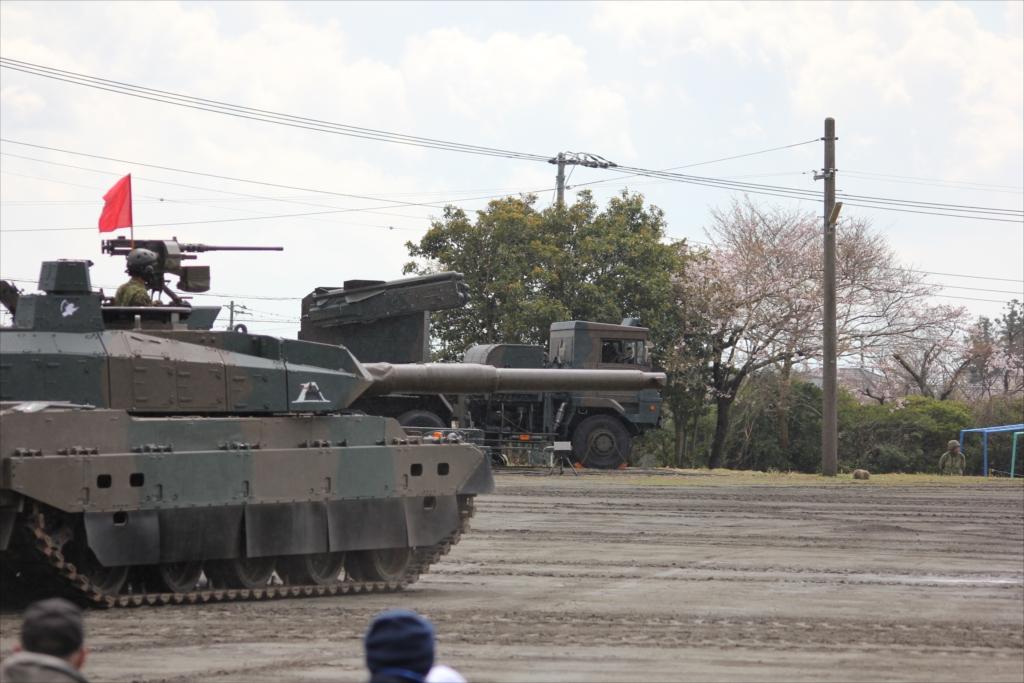 最新鋭の10式戦車出動_2