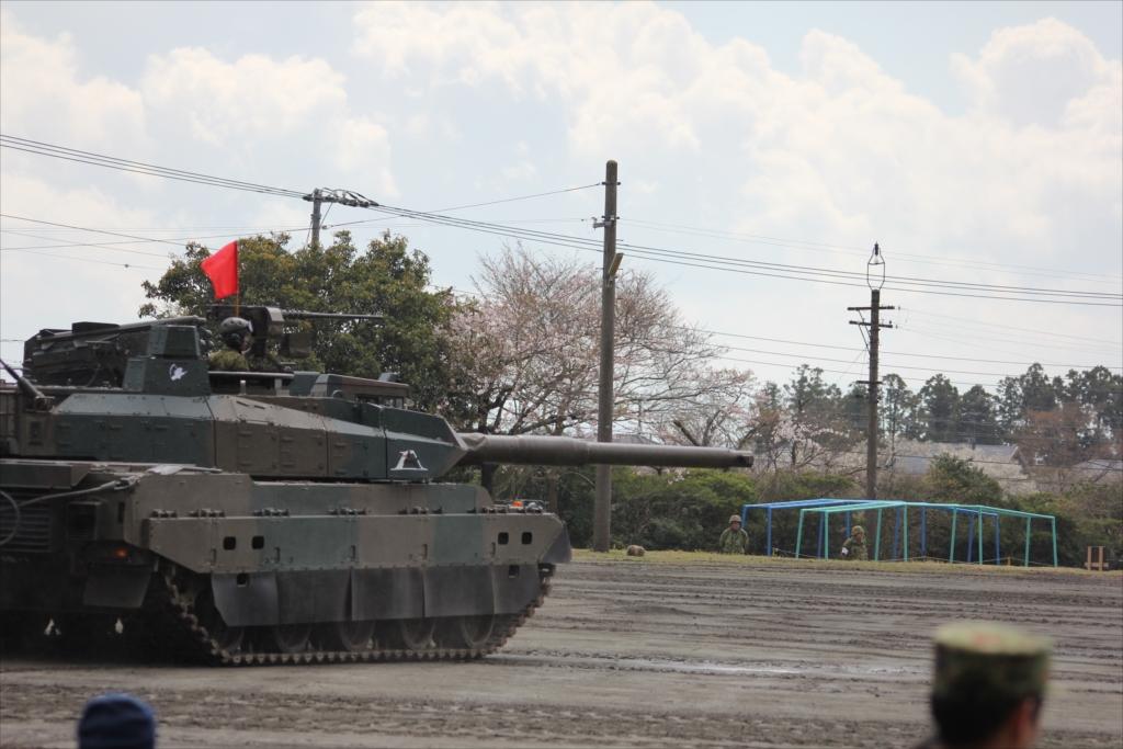 最新鋭の10式戦車出動_3