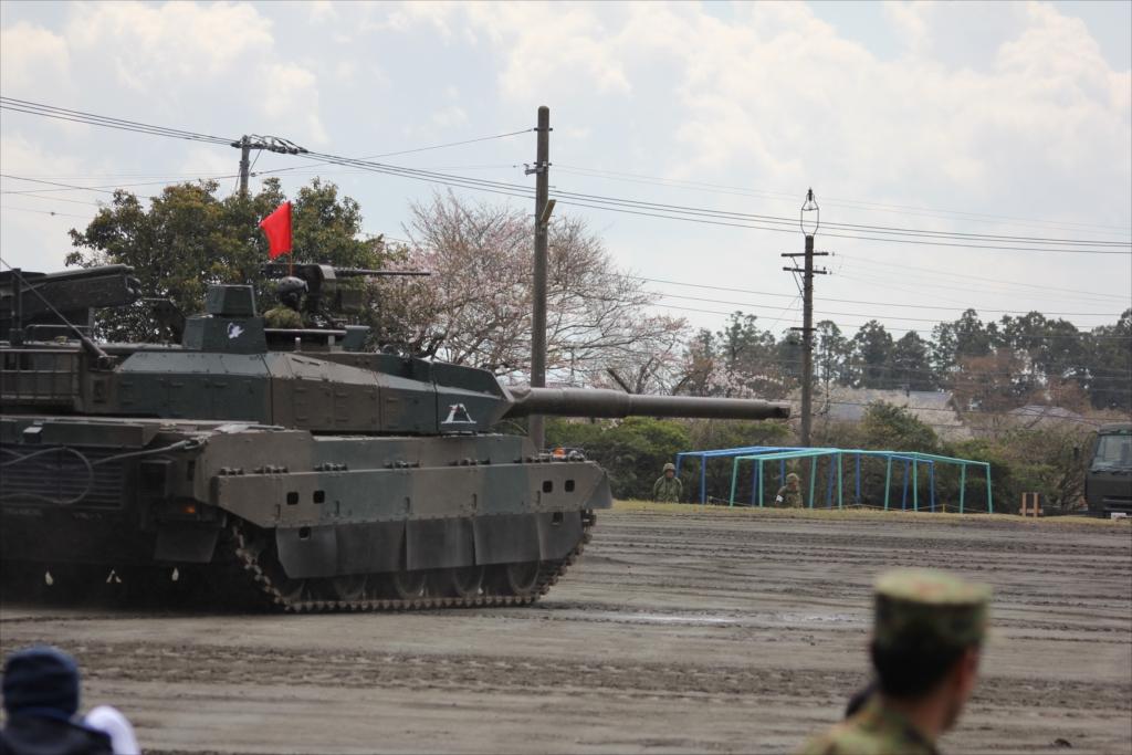 最新鋭の10式戦車出動_5
