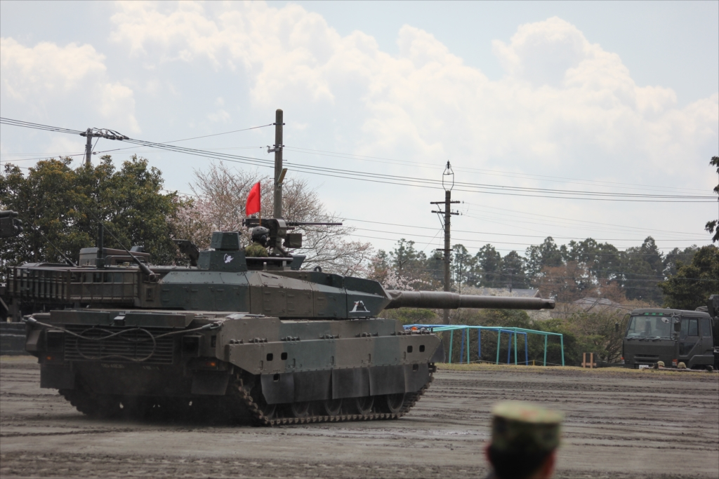 最新鋭の10式戦車出動_8