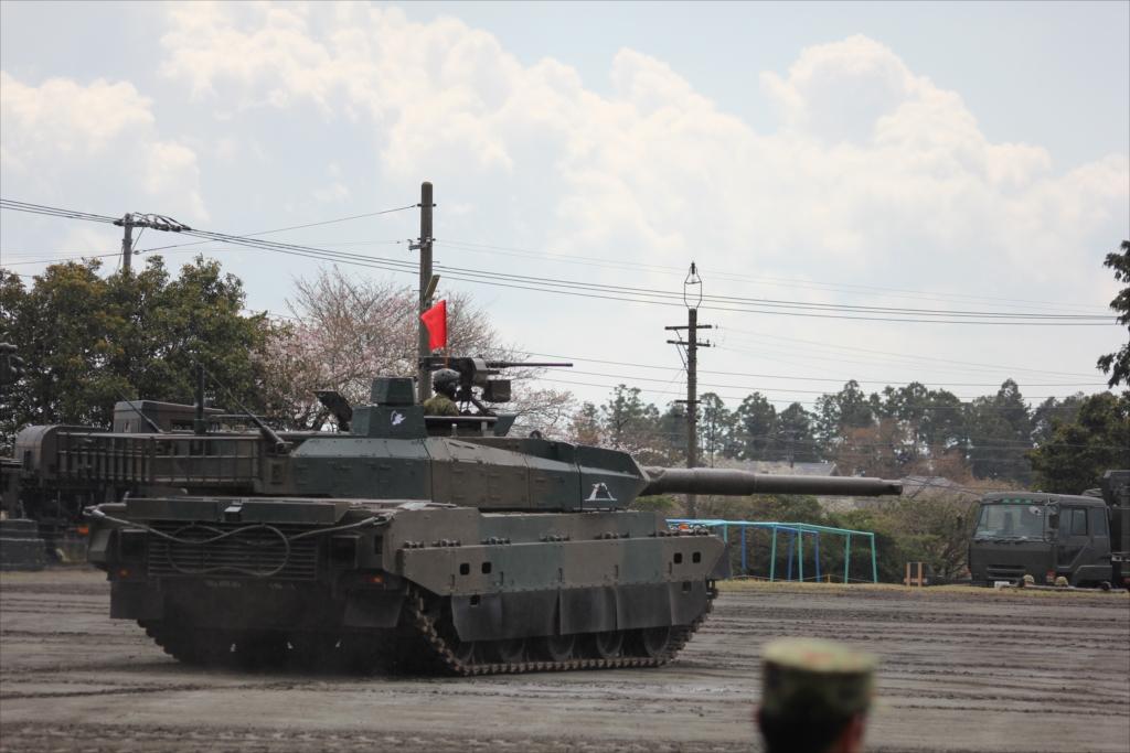 最新鋭の10式戦車出動_9