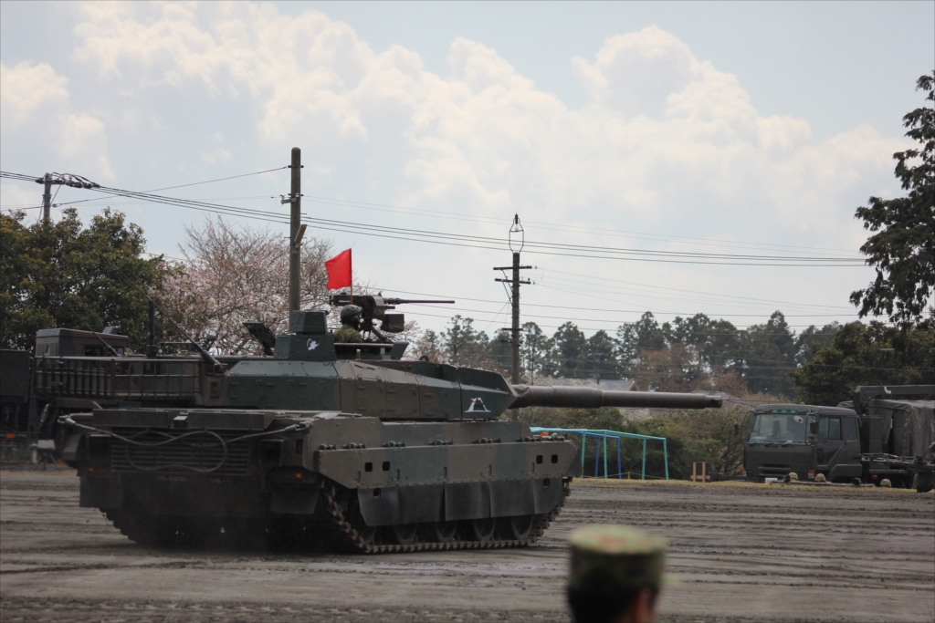 最新鋭の10式戦車出動_10