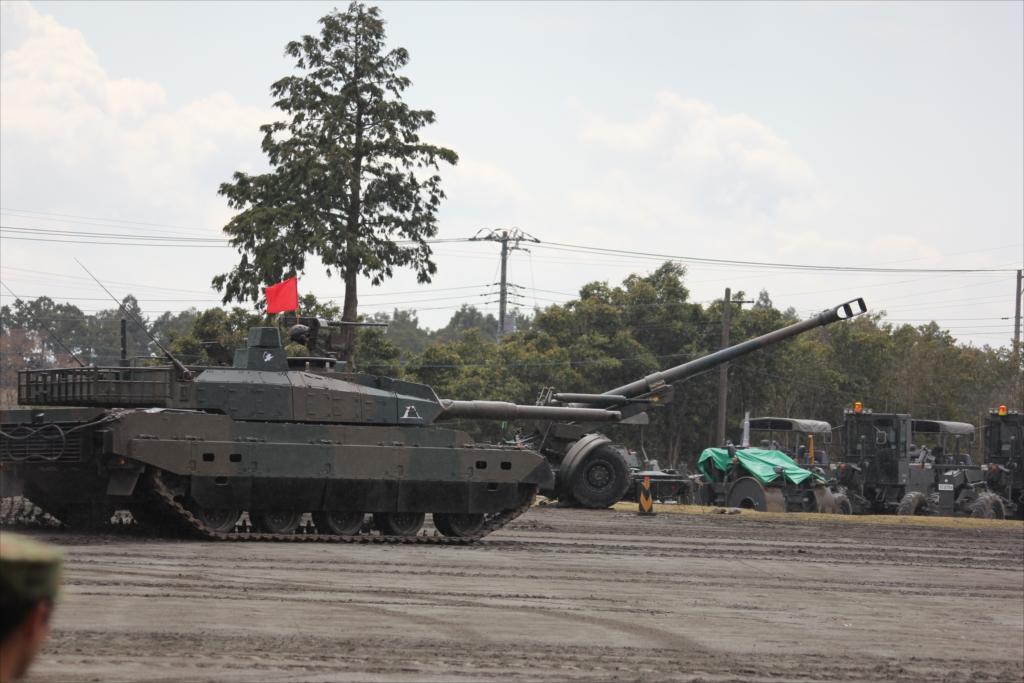 最新鋭の10式戦車出動_11