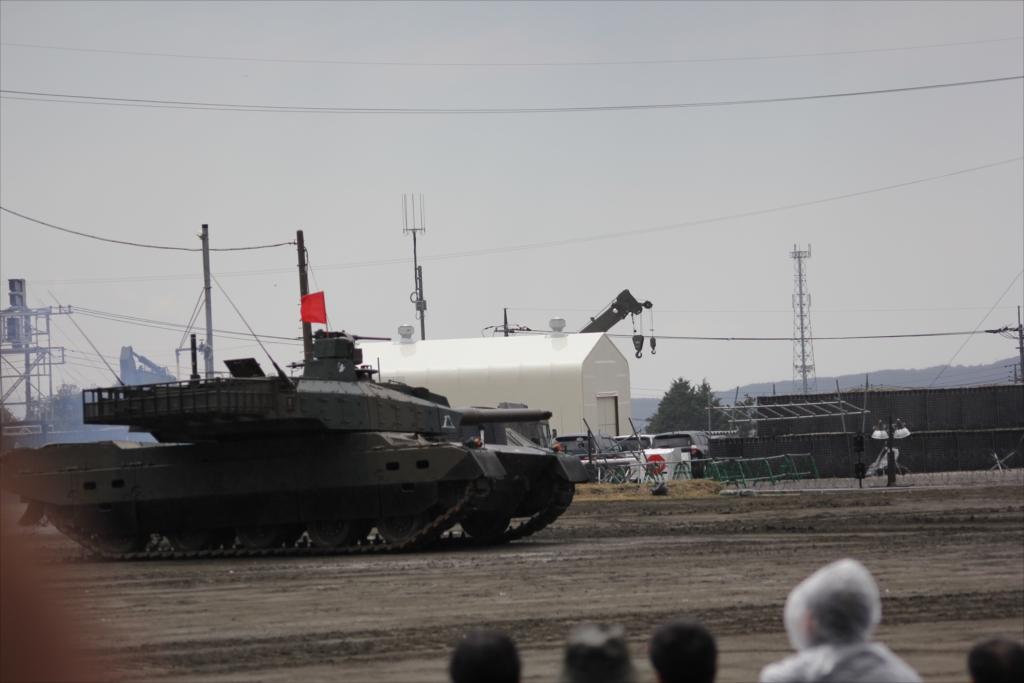 最新鋭の10式戦車出動_16