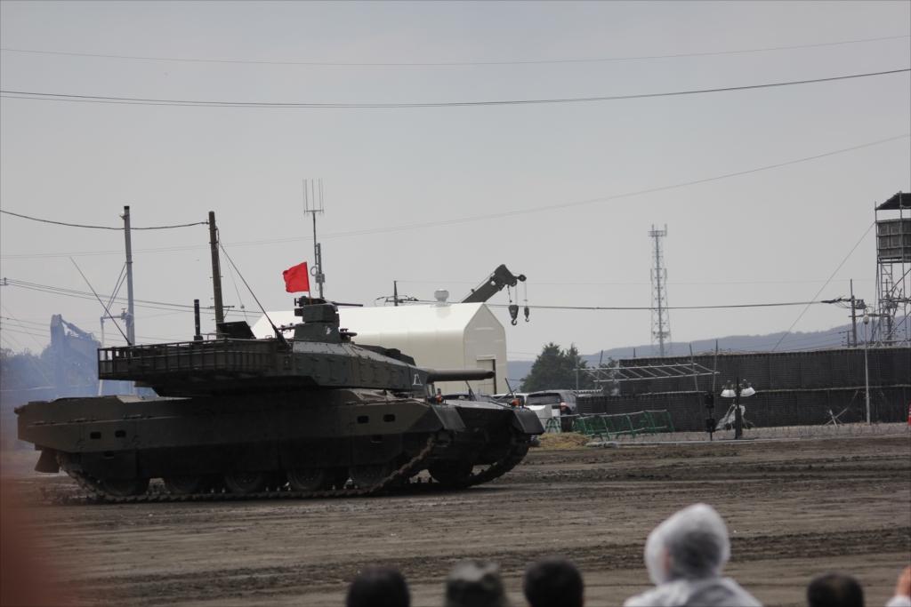 最新鋭の10式戦車出動_17