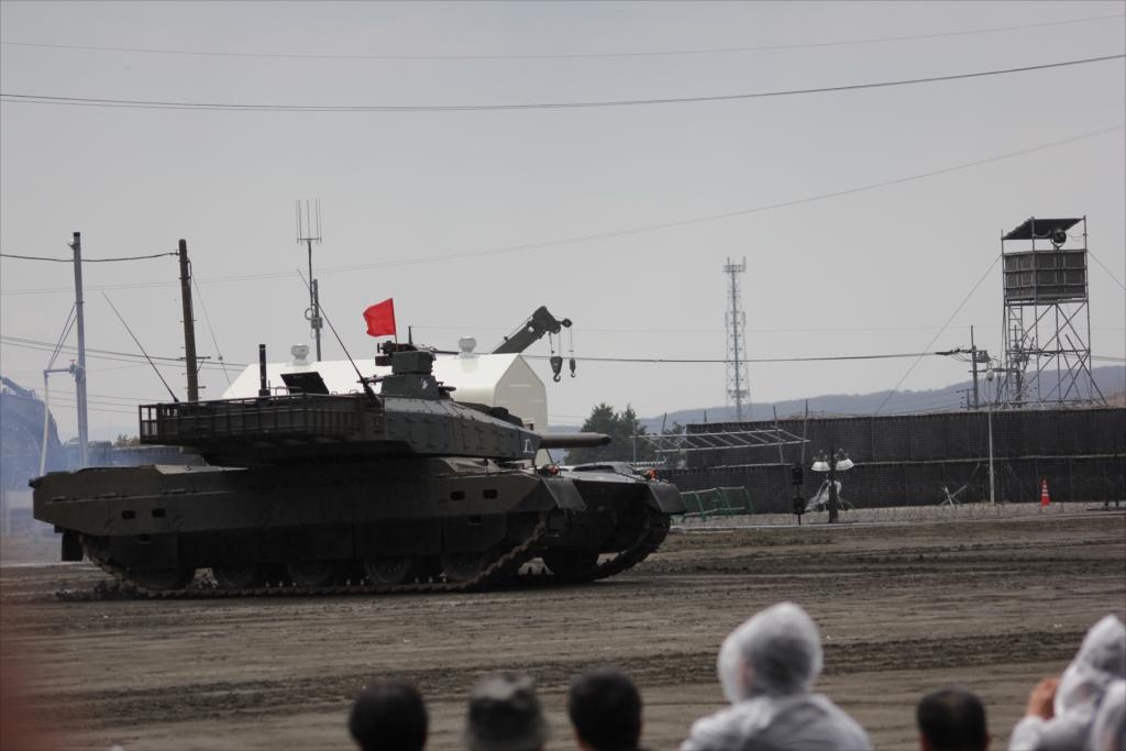 最新鋭の10式戦車出動_18