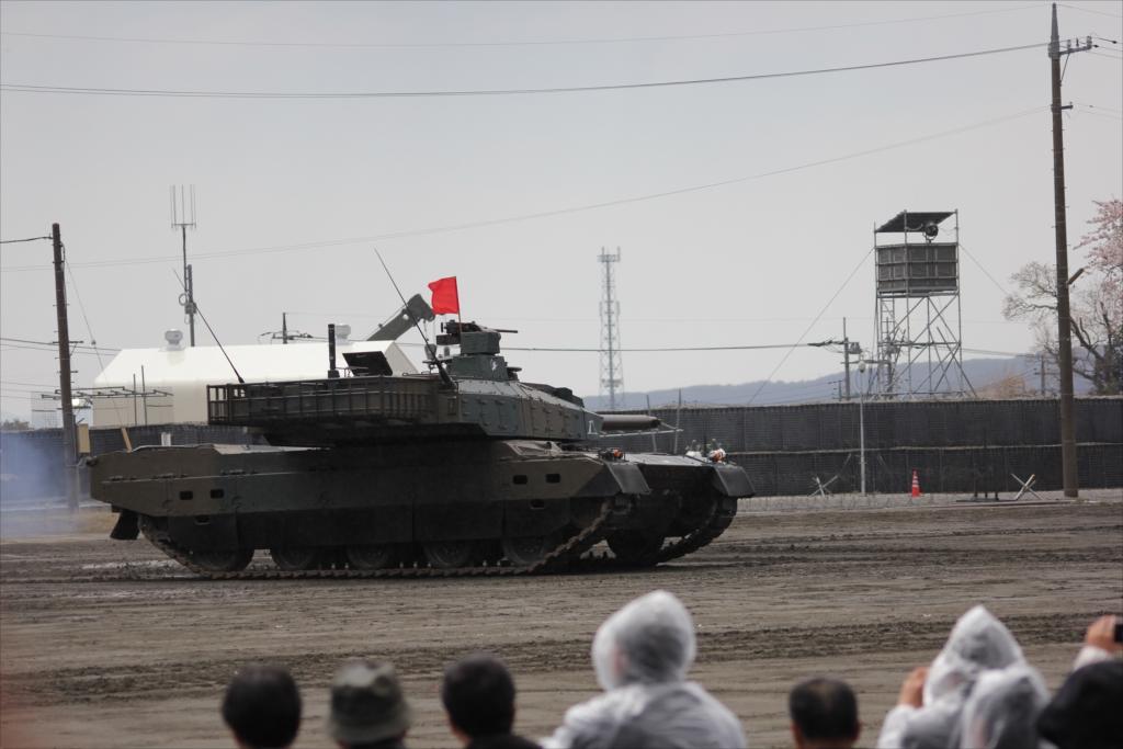 最新鋭の10式戦車出動_20