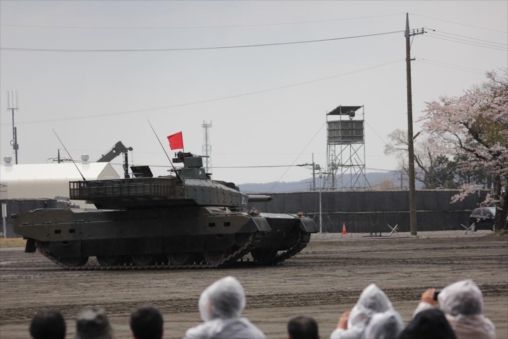 最新鋭の10式戦車出動_21