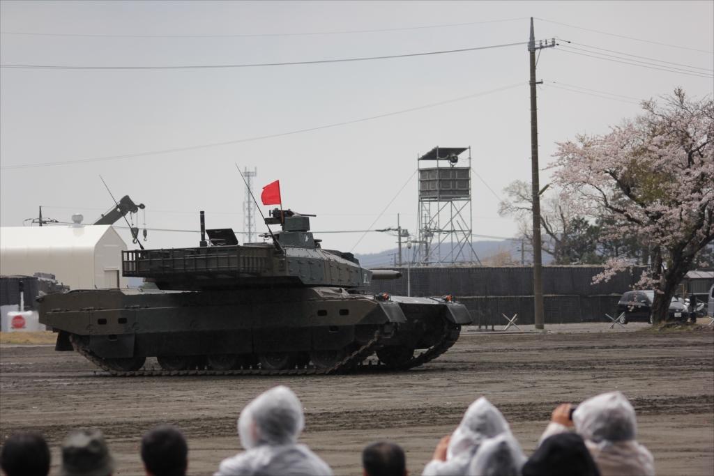 最新鋭の10式戦車出動_22