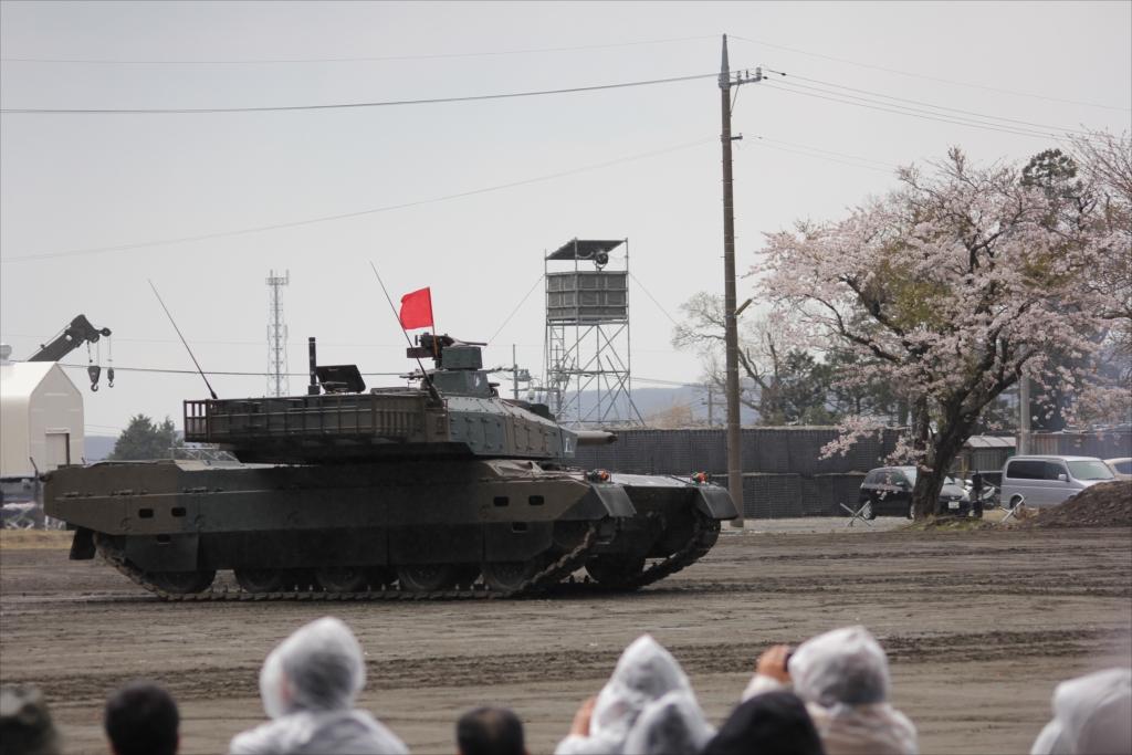 最新鋭の10式戦車出動_23