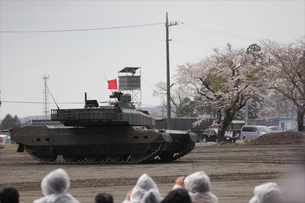 最新鋭の10式戦車出動_24