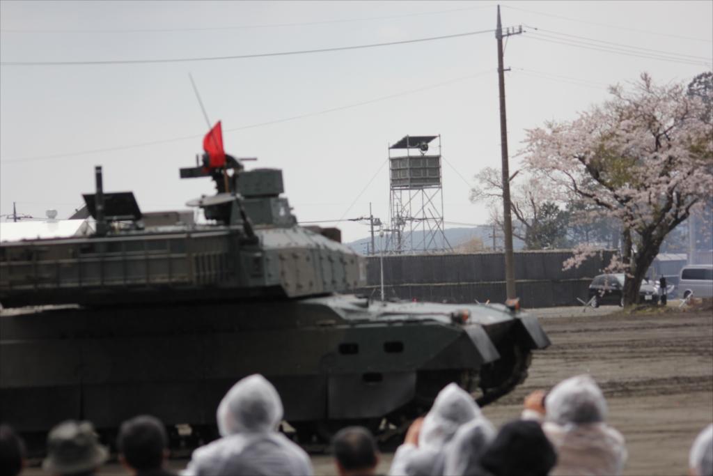 最新鋭の10式戦車出動_31